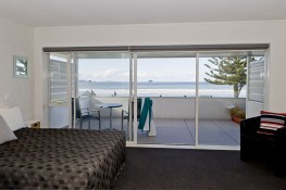 Executive Studio Living/Balcony Oceanside Motel Whitianga
